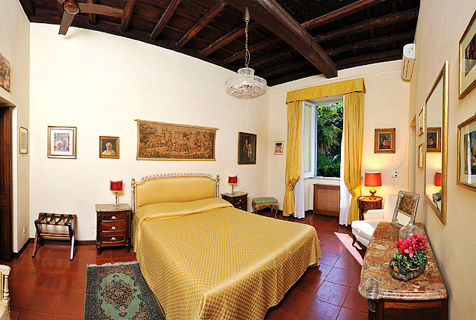 Master bedroom. Rome Spanish Steps   Via della Croce   large three bedroom