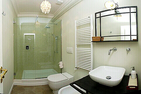 Bathroom Designing on Right  The Spacious And Sparkling En Suite Bathroom Of This Bedroom