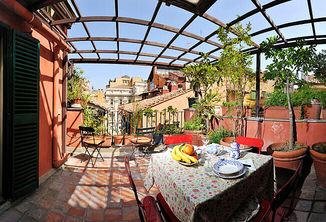 Trevi fountain penthouse with terrace three coins the for The terrace apartments